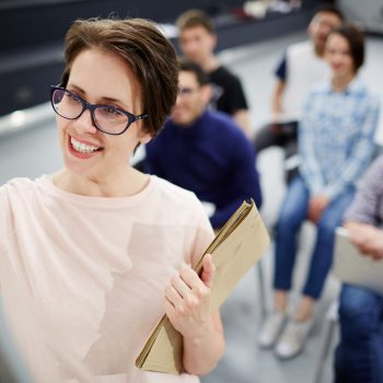 En el campo del aprendizaje existen muchas herramientas interesantes que puedes aprovechar para que se pueda digitalizar la formación. En todo caso, estamos ante un mundo que cada vez está más conectado y que ofrece herramientas de una gran calidad para que se puedan tener siempre unos buenos resultados. Las organizaciones cada vez más ponen a la disposición herramientas, recursos y muchos contenidos necesarios. Esto permitirá que se puedan tener unas mejores formas para la capacitación, tanto para los centros de formación como para las propias empresas que puedan necesitar de este tipo de servicios. Lo normal en la actualidad es que la competencia entre talentos sea cada vez más dura, y por esto las opciones para digitalizar la formación serán siempre las mejores. Esto porque los conocimientos se podrán transmitir directamente mediante diferentes herramientas que permiten tener siempre los resultados esperados. ¿A qué herramientas le puedes sacar partido para la formación? Existen varias herramientas a las cuales puedes sacarles partido a la hora de digitalizar la formación. Estas se van a dividir específicamente en tres grupos, con las cuales se podrán tener herramientas adaptadas a todas las necesidades. Herramientas para conocer Las herramientas para conocer están enfocadas tanto en el aprendizaje presencial como en el e-learning. Estas herramientas tienen muchas aplicaciones, y pueden ser utilizadas de forma interactivas, como historias dibujadas, vídeos, revistas digitales, entre muchos otros recursos que podrás encontrar. Por otra parte, para el autodesarrollo de cada persona, se pueden tener e-books y herramientas como los simuladores sociales para tener un nivel de aprendizaje bastante interactivo y adaptado a todas las necesidades. En todo caso, con estas herramientas se puede comenzar con el aprendizaje básico, y lograr llegar a tener un conocimiento completo sobre algún área o tema en específico. Herramientas para compartir Estas herramientas están orien